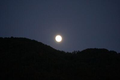 秋の月と山